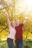 Jeunes couples dans le selfie de prise extérieur d'amour Images stock