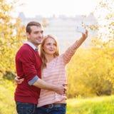 Jeunes couples dans le selfie de prise extérieur d'amour Photo libre de droits