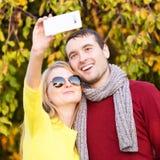 Jeunes couples dans le selfie de prise extérieur d'amour Amour, relations, saison, amitié et concept de personnes Photographie stock libre de droits