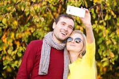 Jeunes couples dans le selfie de prise extérieur d'amour Amour, relations, saison, amitié et concept de personnes Images libres de droits