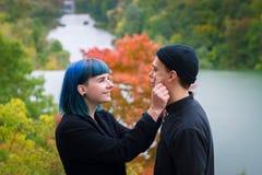 Jeunes couples dans le sourire noir de chemises photos libres de droits
