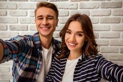 Jeunes couples dans le studio Images stock