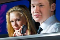 Jeunes couples dans le véhicule Image stock