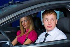 Jeunes couples dans le véhicule Photos libres de droits