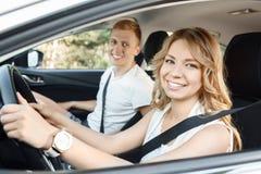 Jeunes couples dans le véhicule Photo stock