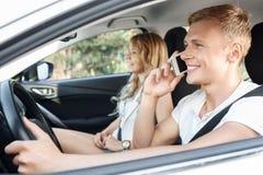 Jeunes couples dans le véhicule Image libre de droits