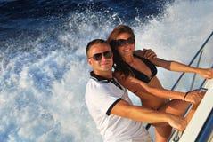 Jeunes couples dans le yacht de bateau à voiles de navigation d'amour Images libres de droits