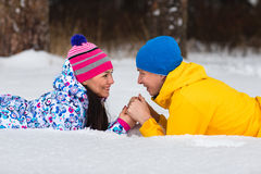 Jeunes couples dans les bois d'hiver Image libre de droits