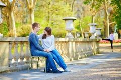 Jeunes couples dans les jardins du luxembourgeois Images stock