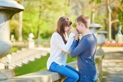 Jeunes couples dans les jardins du luxembourgeois Image stock