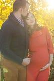 Jeunes couples dans les lumières jaunes de coucher du soleil Images stock
