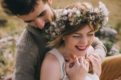 jeunes couples dans les montagnes Image stock