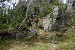 Jeunes couples dans les montagnes des Monts Oural du sud images stock