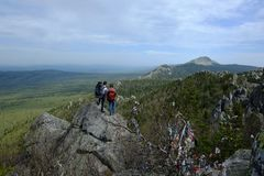 Jeunes couples dans les montagnes des Monts Oural du sud image libre de droits