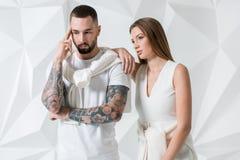Jeunes couples dans les vêtements décontractés sur le fond blanc Images stock