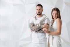 Jeunes couples dans les vêtements décontractés sur le fond blanc Photo stock