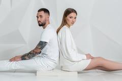Jeunes couples dans les vêtements décontractés sur le fond blanc Photographie stock