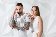 Jeunes couples dans les vêtements décontractés sur le fond blanc Photo libre de droits