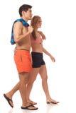 Jeunes couples dans les vêtements de bain Image stock