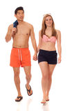 Jeunes couples dans les vêtements de bain Photo stock