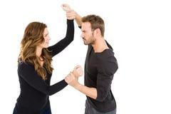 Jeunes couples dans un argument photos stock