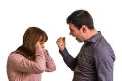 Jeunes couples dans un argument sur le fond blanc photo libre de droits