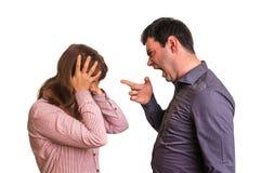 Jeunes couples dans un argument sur le fond blanc image stock