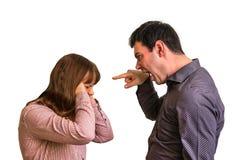 Jeunes couples dans un argument sur le fond blanc photo stock
