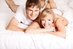 Jeunes couples dans un bâti photographie stock