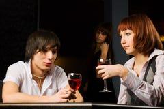 Jeunes couples dans un bar. Photos stock