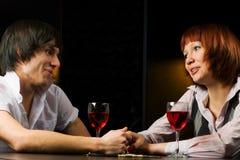 Jeunes couples dans un bar. Photos libres de droits