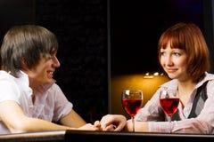Jeunes couples dans un bar. Photo libre de droits