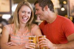 Jeunes couples dans un bar s'asseyant Photos libres de droits