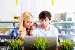 Jeunes couples dans un café photos stock