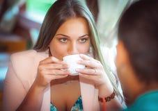 Jeunes couples dans un café en plein air Images stock