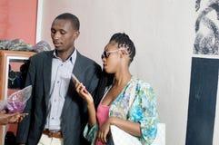 Jeunes couples dans un magasin d'habillement photos stock