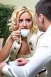 Jeunes couples dans un restaurant Photographie stock