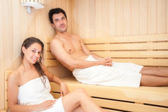 Jeunes couples dans un sauna Photo stock