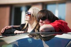Jeunes couples dans un véhicule. Image libre de droits