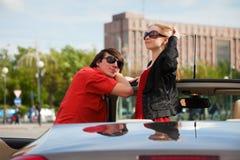 Jeunes couples dans un véhicule. Images stock