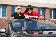 Jeunes couples dans un véhicule. Photo stock