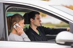 Jeunes couples dans un véhicule images stock