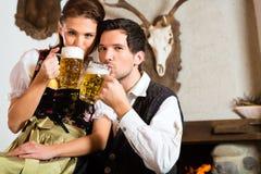 Jeunes couples dans une carlingue de chasseurs photos libres de droits