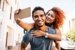 Jeunes couples dans une humeur romantique ayant l'amusement dans la rue Photographie stock