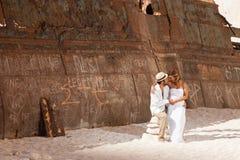 Jeunes couples dans une plage avec le naufrage Photos libres de droits