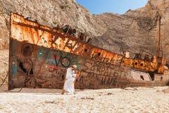 Jeunes couples dans une plage avec le naufrage Photo libre de droits
