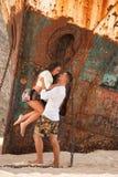 Jeunes couples dans une plage avec le naufrage Images libres de droits
