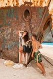 Jeunes couples dans une plage avec le naufrage Photo stock