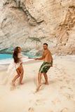 Jeunes couples dans une plage avec le naufrage Photographie stock