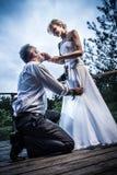 Jeunes couples dans une situation étrange Photos libres de droits